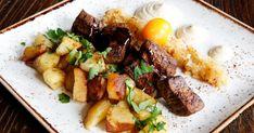 Med innanlår från dovvilt eller kronvilt för du en höstig variant på klassikern biff Rydberg. Med karamelliserad lök och senapskräms är rätten komplett. Steak, Chicken, Food, Meals, Yemek, Buffalo Chicken, Eten, Steaks, Rooster