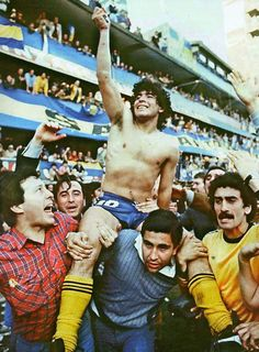 Maradona being carried by fans after winning the championship with Boca Juniors in Retro Pictures, Sports Pictures, Retro Football, Football Soccer, Messi, Diego Armando, The Championship, Historical Pictures, Champions League
