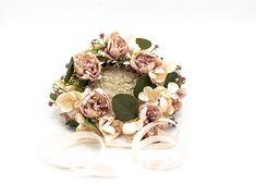 Mit Vintage Rosé farbigen Seidenrosen, zartenHortensienblüten und Eukalyptusblättern unterstreicht ihr mit diesem handgefertigten Blumenkranz den Boho Stil eures Brautkleids. Und das Schöne daran ist, er verblüht nicht und sieht noch nach Stunden so schön aus wie am Morgen eures großen Tages. Vintage Rosen, Boho Stil, Schmuck Design, Headpieces, Bridal Accessories, Floral Wreath, Wreaths, Bride, Handmade