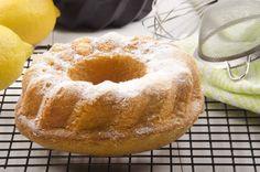 La torta al limone senza uova, latte e burro è un dolce semplice, leggero ma al tempo stesso molto gustoso. Ottimo anche per chi sta seguendo una dieta ipocalorica! Vediamo insieme come prepararlo.