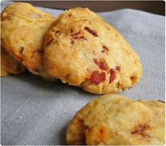 Ces cookies sont une alternatives à mes cookies au chorizo, noix et parmesan. J'ai supprimé ces 3 ingrédients pour y mettre des morceaux de bacon, du romar