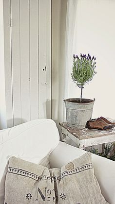 Linnen and lavender. Fresh Farmhouse, Farmhouse Chic, Rustic Chic, Shabby Chic, French Country Cottage, French Country Decorating, Rustic French, Romantic Cottage, Rustic Cottage