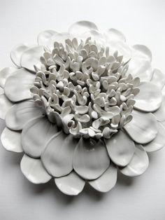 Je ne peux pas obtenir assez de ces dahlias. Ils sont ma nouvelle fleur préférée, et cest ce qui les rend encore mieux ! Ces belles fleurs ont un petit trou à larrière pour accrocher discret. Vous pouvez afficher un groupe dentre eux, ou même seul, cette sculpture unique fait un impact qui se démarque parmi tous votre décoration murale. Unique et délicat avec des lignes douces propres, font de cette pièce pas comme les autres, que vous trouverez sur le marché. Dimensions: 7 Couleur : blanc…