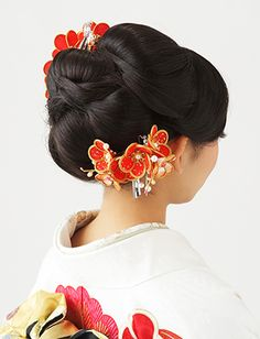 Very fresh and bright arrangement, love the orange color Japanese Beauty Hacks, Asian Hair Accessories, Geisha, Wedding Hairstyles, Cool Hairstyles, Wedding Kimono, Japanese Wedding, Hair Arrange, Japanese Hairstyle