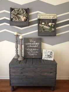 meuble en palettes en bois gris et décoration murale
