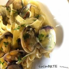 fetuccini en salsa verde con  almejas Salsa Verde, Food And Drink, Healthy, Ethnic Recipes, Recipes With Vegetables, Soups, Cooking, Clams, Italian Foods