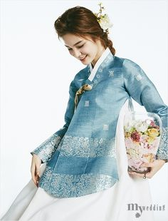 봄꽃 나들이에 나선 신부 Korean Traditional Dress, Traditional Fashion, Traditional Dresses, Japanese Outfits, Korean Outfits, Korean Best Friends, Modern Hanbok, Culture Clothing, Korean Dress