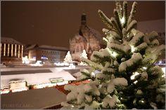 Christkindelmarkt in Nürnberg  – am Abend mit Schnee