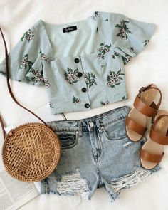 A girly summer outfit: blue floral crop top, denim cutoffs, tan sandals, and a round circle bag. Summer Fashion Outfits, Cute Summer Outfits, Summer Wear, Cute Fashion, Pretty Outfits, Spring Summer Fashion, Spring Outfits, Cool Outfits, Casual Outfits
