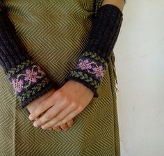 Elegant and cute wristwarmers for enjoying the delights of spring, which is just around the corner! ^^