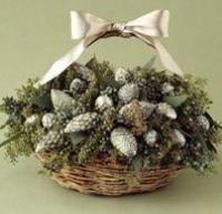 Passo 6 de 8 - <p>Se a sua decoração for de <strong>estilo rústico</strong>, pode usar um centro de mesa do mesmo tipo. Só necessita de um cesto de tamanho médio cheio de pinhas de Natal, que poderá envernizar com uma cor da sua preferência. Decore a cesta com um ou vários laços e terá um lindo centro de mesa natalício em poucos minutos. Foto www.decoracíon.facilisimo.com</p>