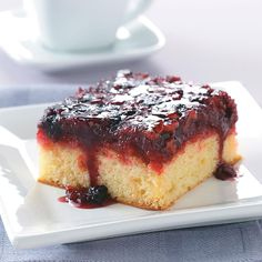 Berry Cake Upside-Down Berry Cake Recipe (This sounds so easy and good! Gotta try it!)Upside-Down Berry Cake Recipe (This sounds so easy and good! Gotta try it! Icebox Desserts, Just Desserts, Fall Desserts, Cake Mix Recipes, Dessert Recipes, Homemade Desserts, Fruit Recipes, Pumpkin Recipes, Brunch Recipes