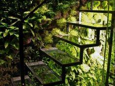 สวนแนวตั้ง(Vertical Garden) เป็นการสร้างพื้นที่สีเขียวแบบประหยัดพื้นที่ใช้สอย แบบบไม่รบกวนหรือเบียดเบียนพื้นที่อื่นที่มีการใช้งานอยู่ นับเป็นไอเดียที่ดีในการสร้างสวนสวยเหล่านี้ให้อยู่ในทุกพื้นที่เพื่อก่อให้เกิดความร่มรื่นสบายตา
