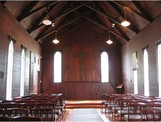 I love the idea of this little chapel. Built in 1888, the chapel accommodates 80 people for a quaint wedding ceremony. The wood panelling makes it a very good candidate for an intimate rustic wedding. Located in Jacksonville, Florida.