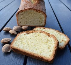 Sandkage er en af de gode, gamle klassiske skærekager. Den har endnu aldrig været på bloggen, i hvert fald ikke på min, men det er godt nok heller ikke en af de kager, jeg oftest bager. Jeg tror,at sandkage er noget, der typiskforbindes medog bages afmormødre eller farmødre – jeg har i hvert fald minder …