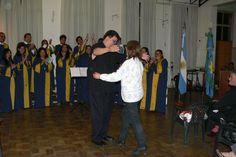 Entrega de presente a nuestra atache en Saladillo Miriam, por parte del coro y nuestro director..