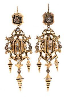 Pendientes de diamantes y perlas de aljófar, hacia 1870  En oro, esmalte, diamantes talla rosa, 0,10 cts y perlas de aljófar.