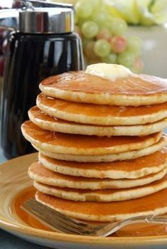 Αυθεντικά αμερικανικά pancakes Greek Desserts, Easy Desserts, Crepes And Waffles, Easy Summer Meals, Good Food, Yummy Food, Breakfast Snacks, Breakfast Time, Sweets Cake