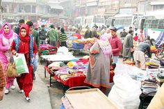 Heavy rush of people in a Srinagar market.           -Excelsior/ Shakeel