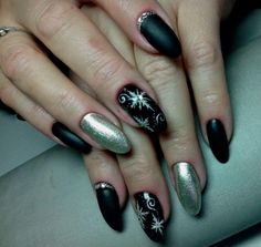 Nail Art magnetic designs for fascinating ladies. Black Manicure, Matte Black Nails, Black Nail Polish, Nail Manicure, Nail Art Design Gallery, Best Nail Art Designs, Two Color Nails, Nail Colors, Snowflake Nail Art