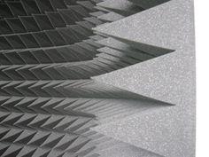 Piramidka akustyczna 10 cm jest stosowana do redukcji zjawiska  pogłosu. Najczęściej piramidki akustyczne montuje się na ścianach lub sufitach. Prawidłowe rozmieszczenie piramidek akustycznych poprawia parametry akustyczne pomieszczenia i komfort w nim przebywania.