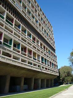 こんにちは。 今回は近代建築の巨匠ル・コルビュジエが設計した建築代表作品22選!です。 コルビュジエといえば、建築や都市計画はもちろんの事、家具のデザインや絵や詩を書いたり、雑誌の編集等と多才です。 今回は多くの建築家やデザイナーに影響を与え続けているコルビュジエが設計した建築代表作品の紹介をしたいと思います。 ル・コルビュジエとは ル・コルビュジエ(Le Corbusier、1887年10月6日 - 1965年8月27日)はスイスで生まれ、フランスで主に活躍した建築家。本名はシャルル=エドゥアール・ジャンヌレ=グリ(Charles-Edouard Jeanneret-Gris)。 フランク・ロイド・ライト、ミース・ファン・デル・ローエと共に「近代建築の三大巨匠」として位置づけられる(ヴァルター・グロピウスを加えて四大巨匠とみなすこともある)。 wikipedia 近代建築の巨匠ル・コルビュジエが設計した建築代表作品! サヴォア邸…