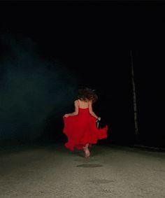 mujer corriendo en la oscuridad gif