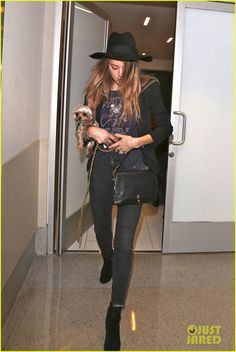 Amber Heard's Ring Finger Takes the Spotlight at LAX Airport | Amber Heard Photos | Just Jared