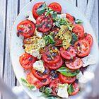 Tomatensalade met geitenkaas en pompoenpitten - recept - okoko recepten