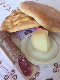 Turredda (Pane di patate) Ingredienti: 400 g. di semolato, 150 g. di patate lesse e passate, 50 g. di strutto, 100 ml. di acqu...