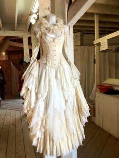 What would Captain Jack Sparrow's bride look like? * dream of unusual wedding concepts * - nimivo sites Vintage Outfits, Vintage Dresses, Vintage Fashion, Vintage Girls, Vintage Corset, Vintage Style, Victorian Dresses, Victorian Steampunk, Vintage Inspired Dresses