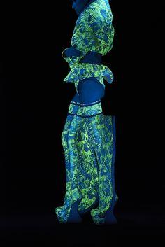 グッチ新宿でスプツニ子!『エイミの光るシルク』展 - 光る、香る、恋に落ちるドレスを最新技術で表現 | ニュース - ファッションプレス