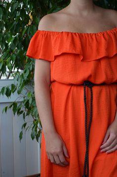 De vestido soso a vestido resultón con volante en el escote y hombros al aire…