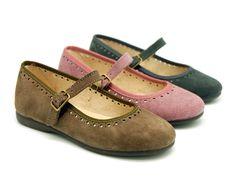 Tienda online de calzado infantil Okaaspain. Calidad al mejor precio fabricado en España. Mercedita en serraje con hebilla y picados.