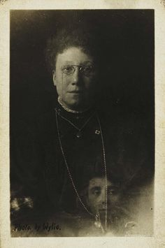 Mrs Bentley and the spirit of her deceased sister; The spirit photographs of William Hope (from around From the collection of the National Media Museum Spirit Photography, History Of Photography, Vintage Photography, Ghost Photography, The Darkness, Post Mortem, Creepy Photos, Haunting Photos, Ghost Pictures
