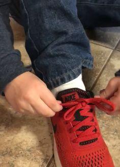 Un petit garçon ingénieux donne son secret pour lacer ses chaussures facilement - Astuces de grand mère