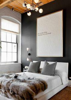 schlafzimmergestaltung graue wandfarbe pelz bettdecke