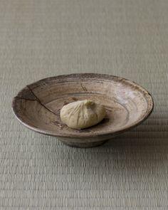 後の名月は「栗名月」とも。名残の頃は欠けた器も心に添います。 菓=栗きんとん/すや(中津川) 器=三島呼継皿 李朝時代  http://www.shinchosha.co.jp/tonbo/blog/kimura/2012/10/