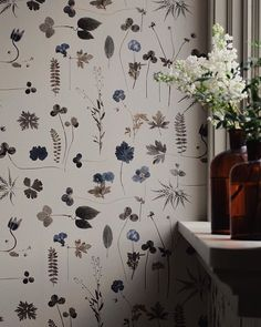 Delicate botanical leaves and flowers, the look is almost as pressed flowers. The wallpaper is called eco simplicity botanica. Wallpaper Travel, Print Wallpaper, Iphone Wallpaper, Wallpaper Wallpapers, Flowers Wallpaper, Botanical Wallpaper, Sweet Home, My New Room, Flower Wall