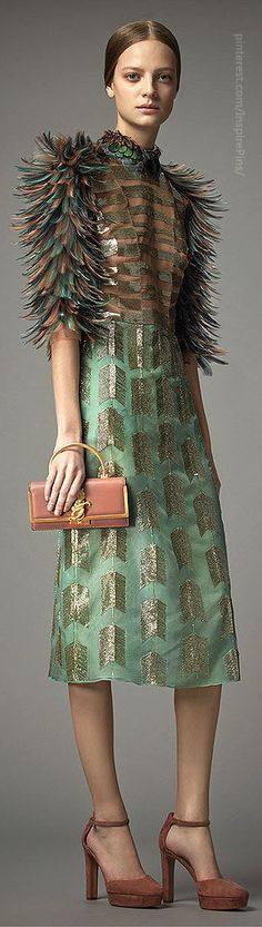 Valentino Pre-Fall 2014 - Runway Photos - Fashion Week - Runway, Fashion Shows and Collections - Vogue Fashion Details, Look Fashion, High Fashion, Fashion Show, Fashion Design, Fashion Week, Runway Fashion, Review Fashion, Ugly Dresses