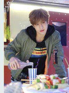 Khottie of the Week: Park Jin Woo Astro Banda, K Pop, Park Jin Woo, Rapper, Astro Wallpaper, Jinjin Astro, Lee Dong Min, Astro Fandom Name, Celebrity