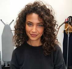 Find images and videos about girl, pretty and beauty on We Heart It - the app to get lost in what you love. Curly Hair Cuts, Wavy Hair, New Hair, Curly Hair Styles, Natural Hair Styles, Highlights Curly Hair, Trending Haircuts, Good Hair Day, Aesthetic Hair