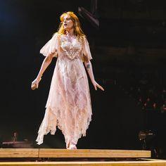 Florence + the Machine performing at Moda Center in Portland, Oregon Pentatonix, Kari Jobe, Florence Welch Style, Florence The Machines, Girls Be Like, Frocks, Amazing Women, Style Icons, Celebrity Style