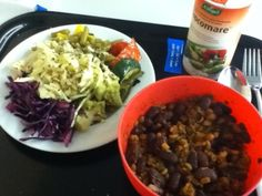 Vegan unterwegs: Rose nutzt die Unimikrowelle Eblyrest aufzuwärmen und kombiniert diesen mit einem frischen Salat aus der Mensa