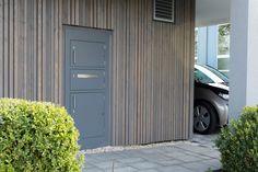 paketkasten vor modernem einfamilienhaus briefkasten f r pakete und l rchenholz verkleidung. Black Bedroom Furniture Sets. Home Design Ideas