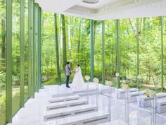 白大理石のバージンロードに、軽井沢の緑とドレス姿の花嫁が美しく映し出される