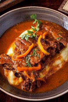 Stewed tongue with Mashed Potatoes / Lengua Estofada con Puré de Papa Peruvian Dishes, Peruvian Cuisine, Peruvian Recipes, Lamb Recipes, Meat Recipes, Mexican Food Recipes, Cooking Recipes, Ethnic Recipes, Latin American Food