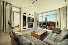 sofá gris y mesa de madera en el salón moderno