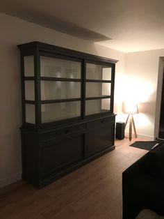 Grote buffetkast in de kleur Murano grijs met mooie brede facetladen paneel achterwand, zijkanten glas en grote deuren. Een tijdloze kast die zich in elk interieur thuisvoelt