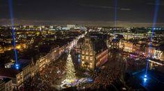 """POSTAL NAVIDEÑA. Las luces del árbol de Navidad en la plaza central de Gouda se encienden durante la 60a edición del evento """"candle-evening"""" en Gouda, Holanda, el 11 de diciembre de 2015. Durante el evento cientos de velas se encienden en las ventanas de las casas y en el ayuntamiento. (EFE / EPA / LEX van Lieshout)"""